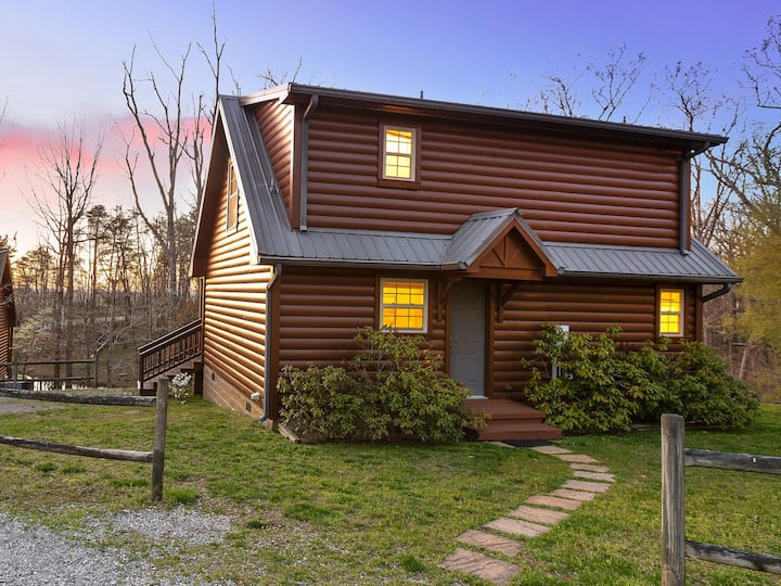 Hickory Cottage - Fireplace, Wooded, Log Cabin on Lookout Mountain