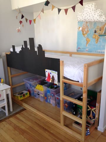 Chambre 2 Lit 1 personne et possibilité de mettre un matelas au sol ou un lit parapluie de bébé.