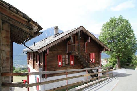 Authentiek vakantiehuis in Grächmatten met een balkon