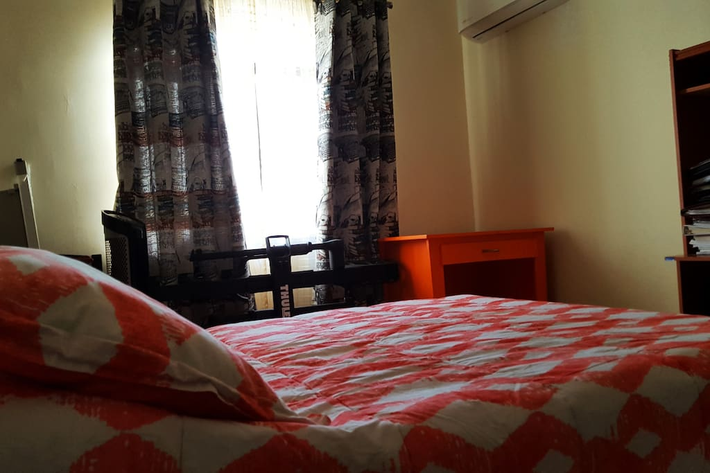 bed with desks for some homework. ( habitation con lo necesario, cama y escritorio)
