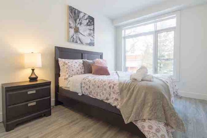 Brand New Condo- Steps to Rideau Canal