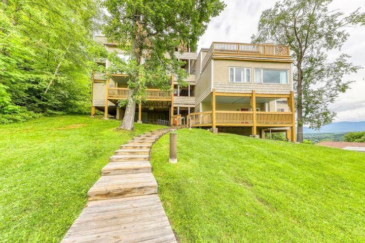Cozy mountain condo w/ a shared hot tub, pool, dry sauna, tennis, & gym!