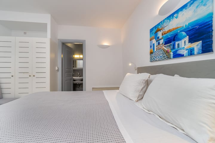 Central Fira | Deluxe Double Room
