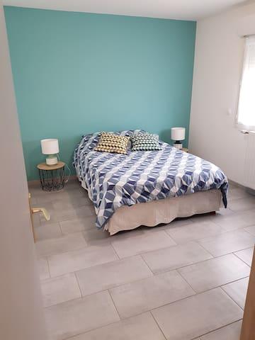 Chambre avec lit double et dressing.