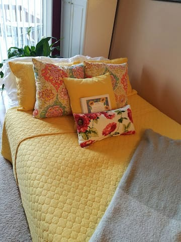 Adorable Futon, 1.5 shared baths, 1 night only