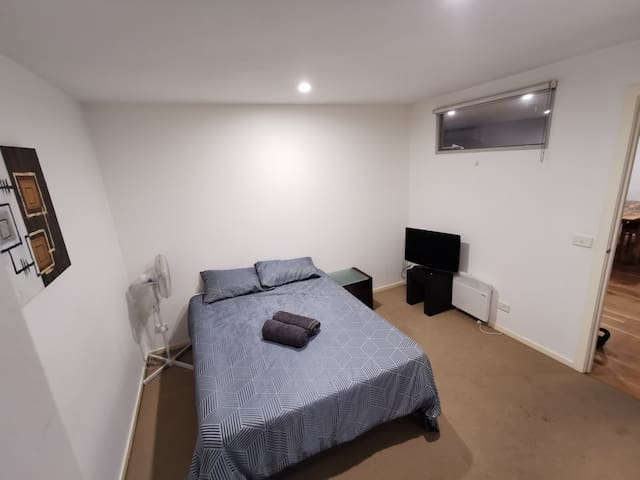 Spacious private room and ensuite. close to city.