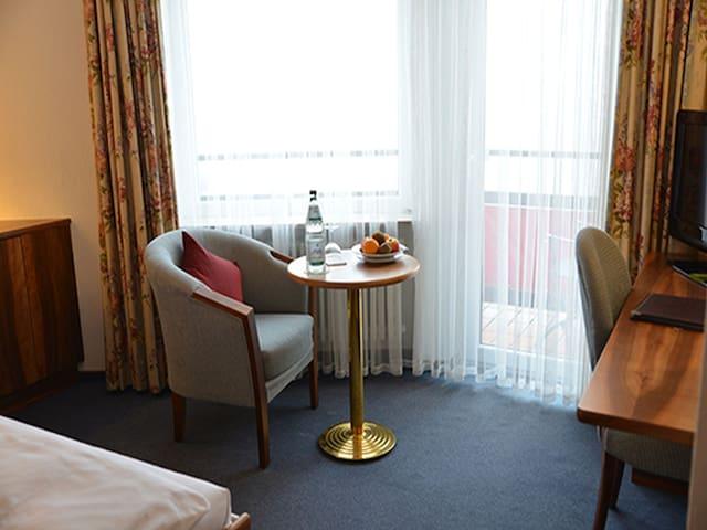 Hotel Anna, (Badenweiler), Einzelzimmer mit Dusche/WC und Balkon