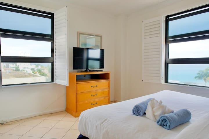 1 bed room with Direct Ocean and Palm views