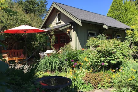 Charming and Self Contained Garden House Oak Bay - Victoria - Blockhütte