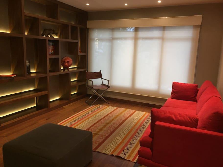 Sala con muy buena iluminación tanto natural como artificial.