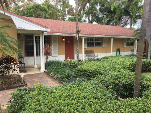 2/1 Apt in Tropical Setting on Quiet Cul-de-sac