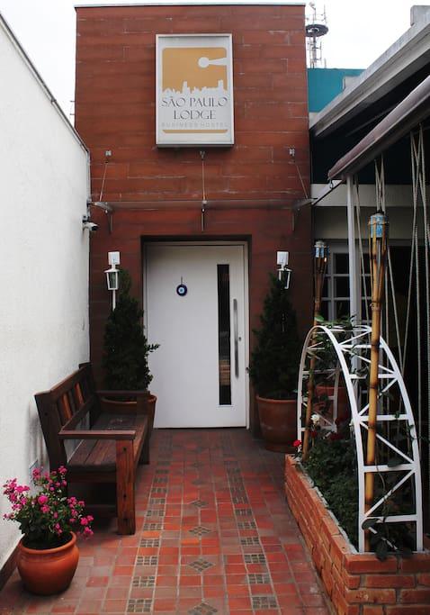 Vista lateral do Bar do Hostel e entrada principal do São Paulo Lodge