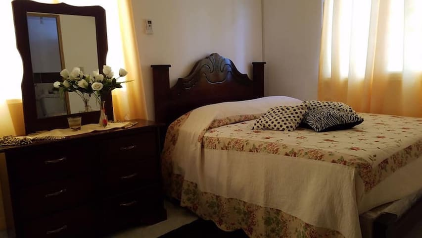 Habitación principal con su baño y aire acondicionado
