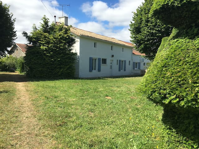 Holiday Home - Rural with Pool - Vaux-en-Couhé - Дом