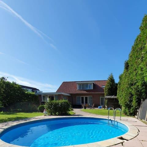 Riante luxe villa, ruime tuin, 2 badkamers. 8 pers
