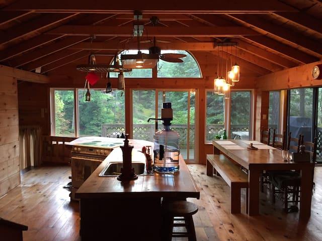 Classic Kawartha Cottage on Stoney Lake - 4 season