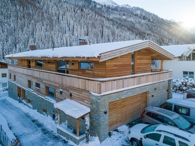 Alpine-modern Apartment with Mountain View (Moos)
