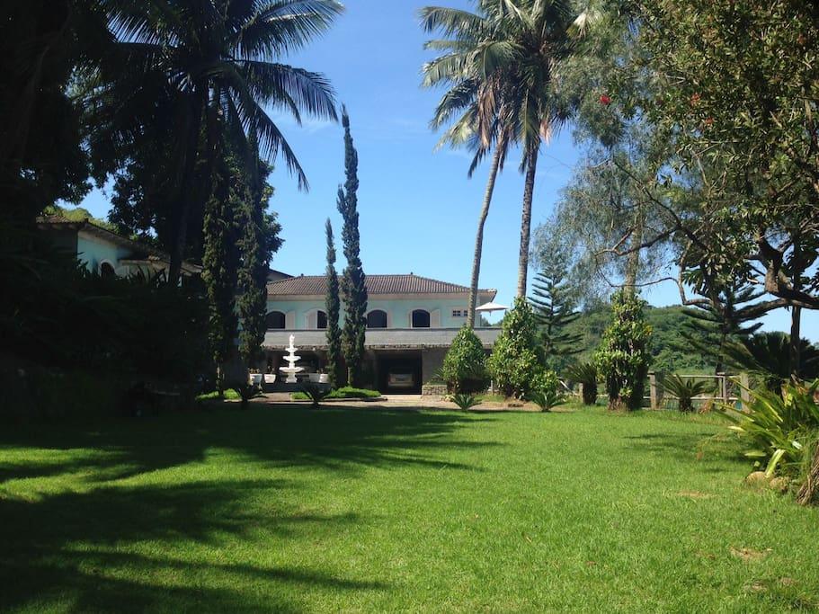 vista do gramado com a casa ao fundo/ view of the garden with the house in the back