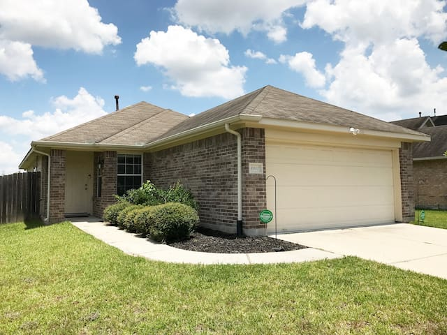 ** House Near IAH Airport - 3BD, 2Bath w/Parking**