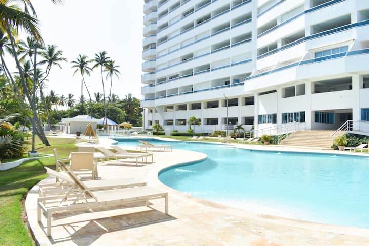 The Perfect Beach View 2 Bed Apt. with Pool & WiF