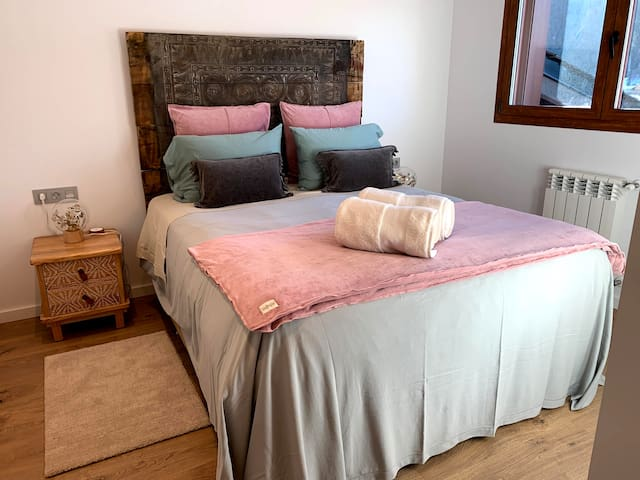 Pink Bedroom, with a double bed, with a special super comfortable sport matras, luxury linnen and built in closets.  It comes with an ensuite bathroom and is facing the ski slopes of El Tarter, Grandvalira.  Chalet by Kabano Vacation Rentals Andorra.