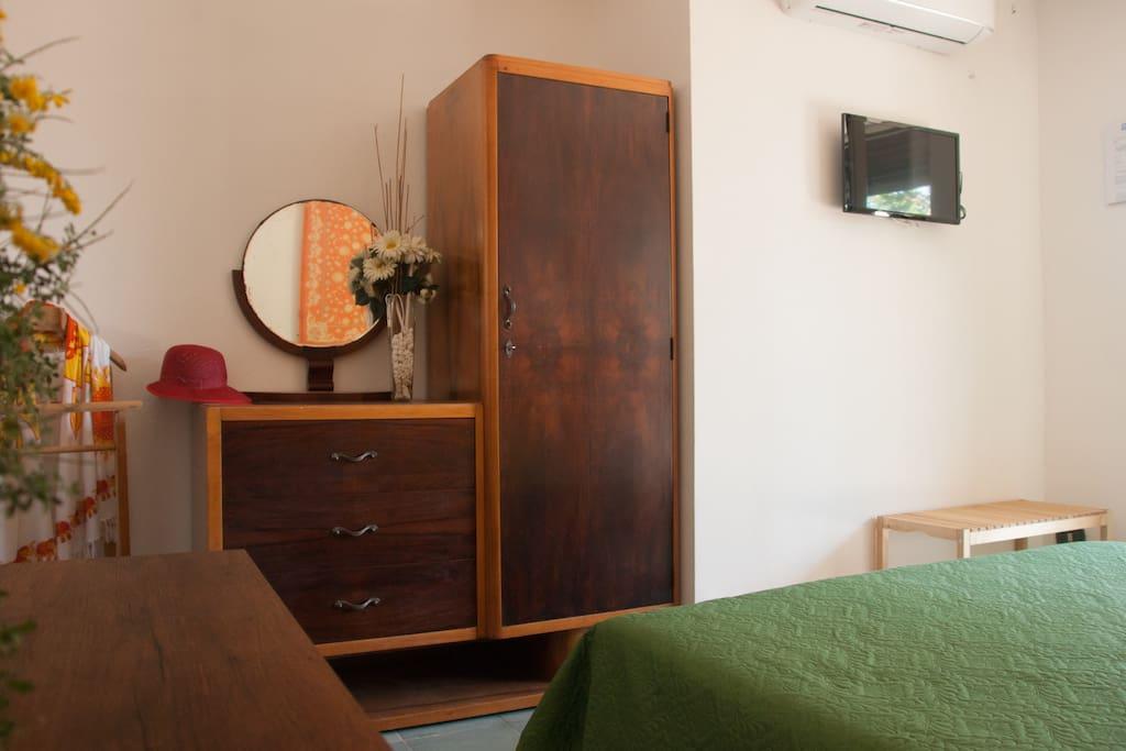 camera da letto con armario , tv e aria condizionata