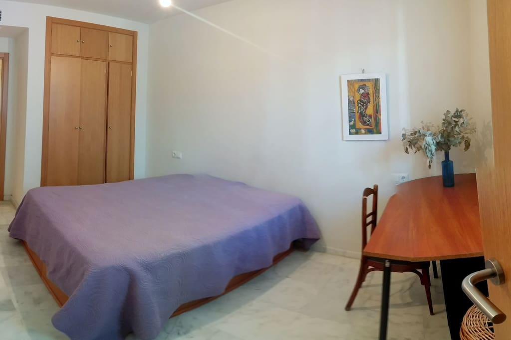 Habitación con cama 1,50m y zona de trabajo/estudio