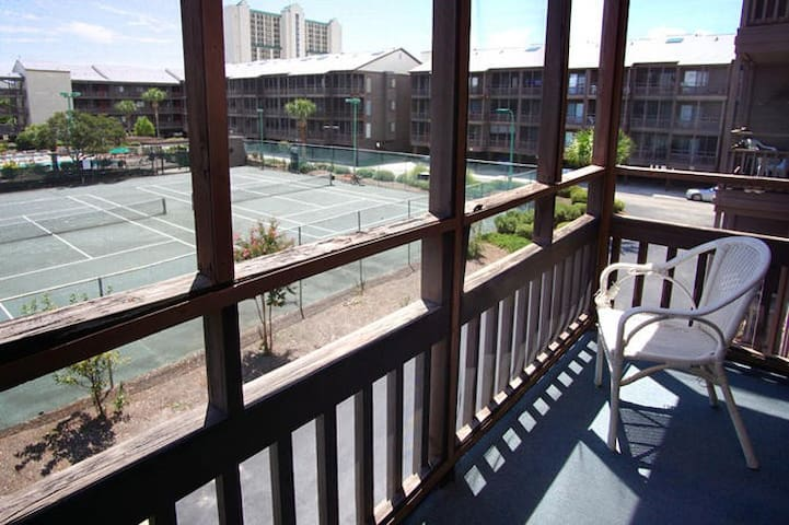 Family Friendly Condo One Block To The Beach!