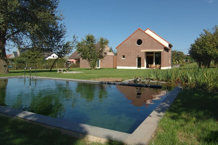 Villa krat: house with swimming pond