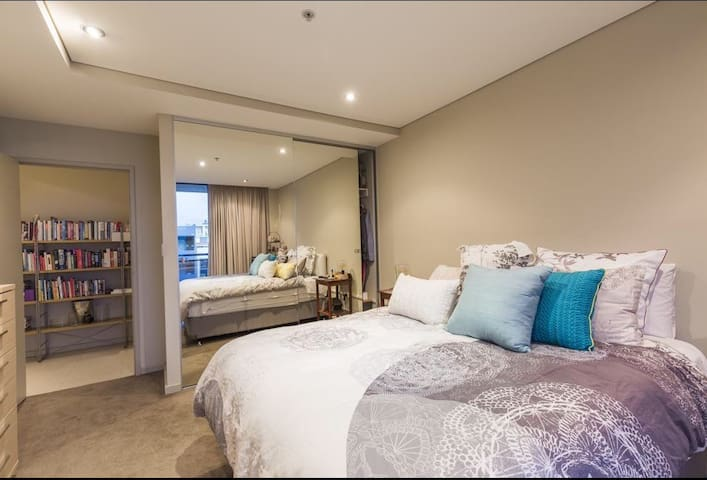Close to city and airport, Private bedroom & bath.