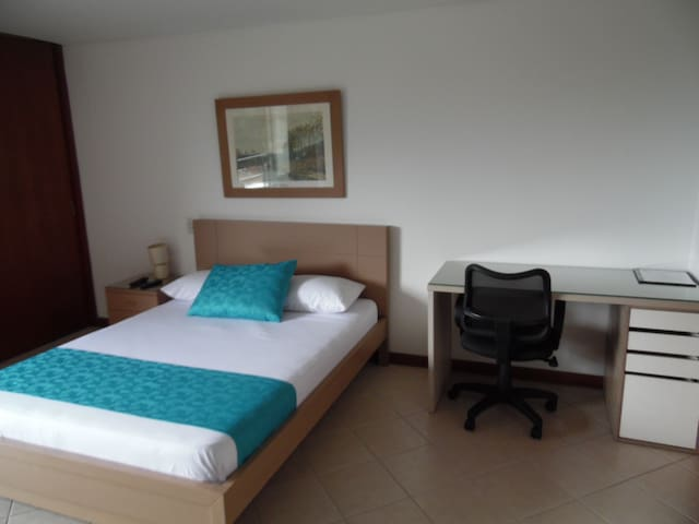 Cama doble y escritorio. Double bed and a nice desk to work or study.
