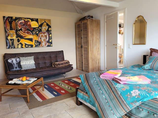 Teil vom Schlaf/-Wohnraum mit Kleiderschrank und Türe zur Küche...