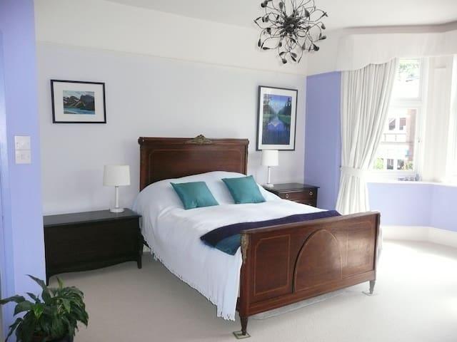 Large bright en-suite double bedroom