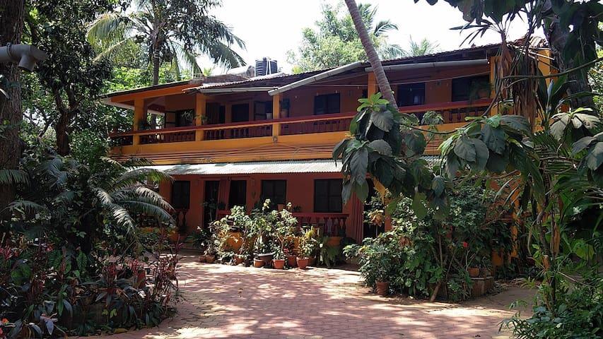 8 B.R. Homestay with cafe at Anjuna - Anjuna - Bed & Breakfast