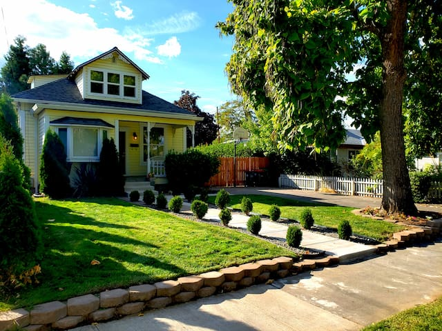 🌟Fenced Backyard⭐️Full Kitchen🌟Great Parking⭐️W/D🌟