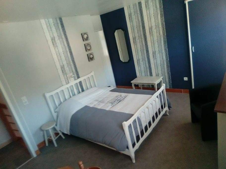Chambre c le rucher 2 4 cot rue houses for rent for Translate chambre
