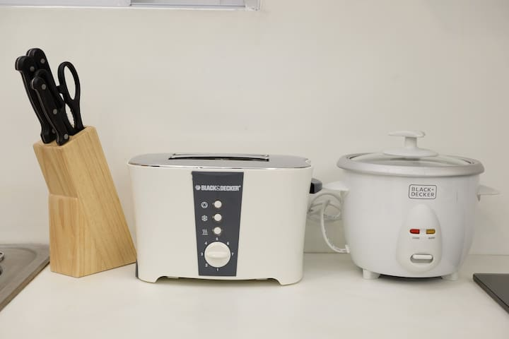 set of knives, bread toaster and rice cooker
