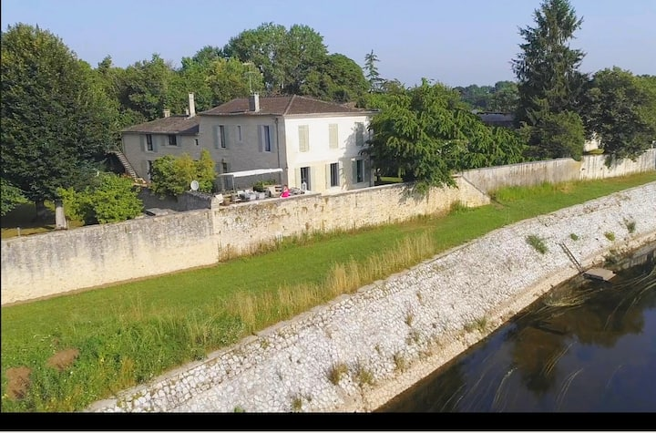 YGEIA -B&B on the Dordogne river : The RED Room