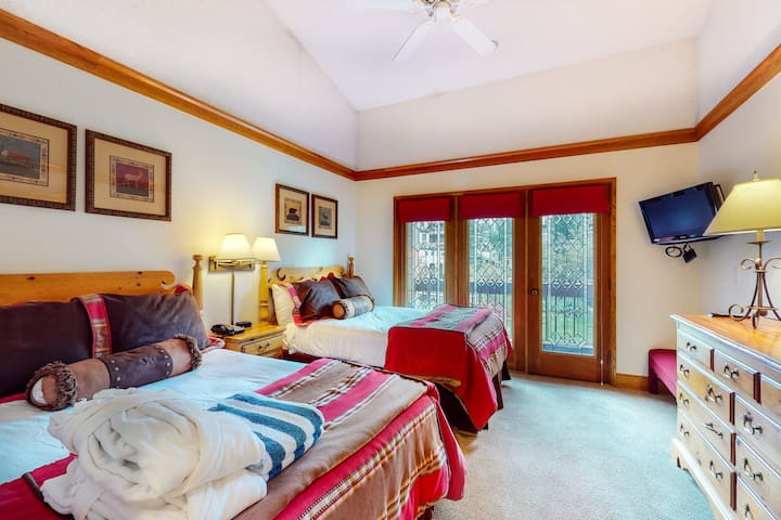 2nd floor charming skier's studio w/ golf nearby, shared pool, skiing nearby