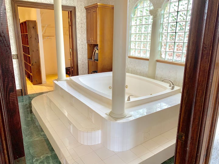 Romantic Luxury Getaway with its own Jacuzzi Tub!