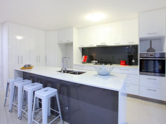 Modern home close to theme parks - Pacific Pines - Stadswoning