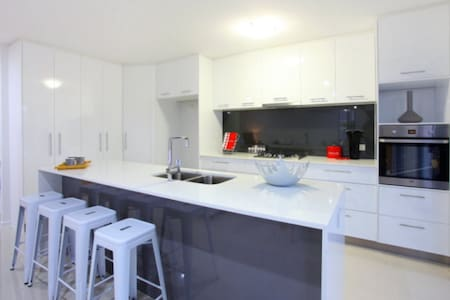 Modern home close to theme parks - Pacific Pines - ทาวน์เฮาส์