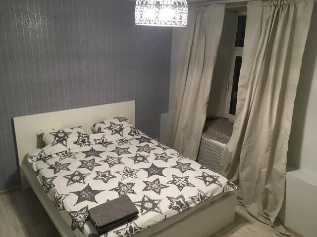 Комната на двоих (или троих) с большой кроватью 160х200 и одной дополнительной, которую модно поставить дополнительно.