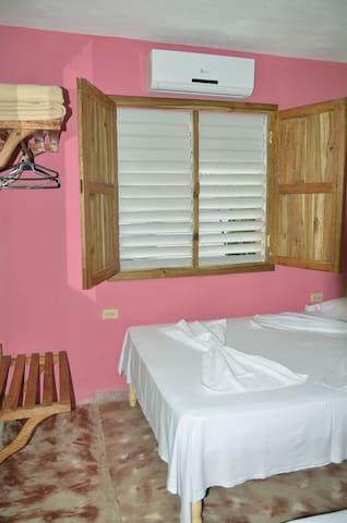 una habitación cómoda y confortable