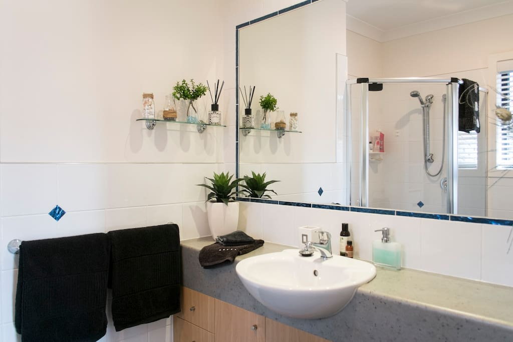 Spacious ensuite with large mirror and closing door.
