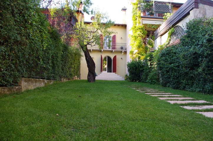 House with private garden - Salò - Salò - Huis