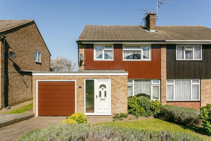 3 Bed Lovely Spacious House with Large Rear Garden