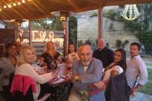 Our friends enjoying the local restaurant.    Nos amis appréciant le restaurant local.