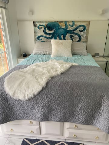 queen size extra thick mattress with 6 drawers for storage