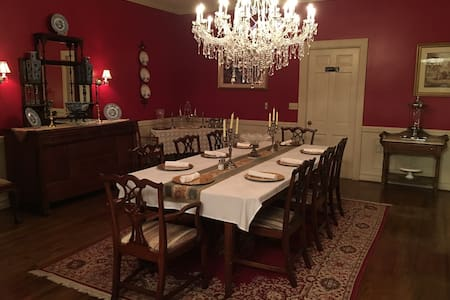 The Parker House- Pink Room - Claxton - Bed & Breakfast